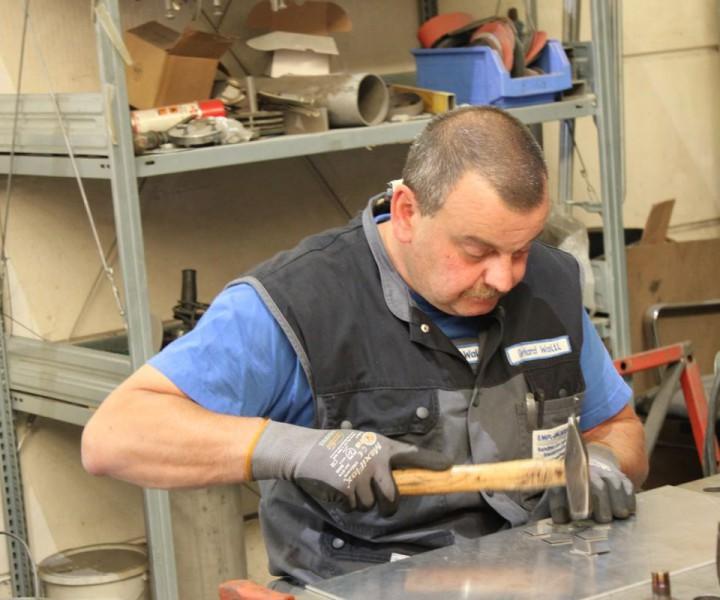 Gerhard beim Vorrichten der Fußbälle